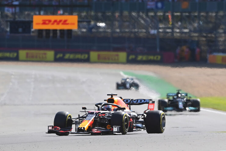 Verstappen juhtimas Hamiltoni ees. Foto: Getty Images / Red Bull Content Pool