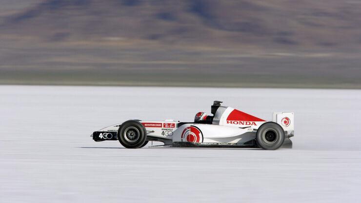 Testid soolajärvel tegid kiiresti selgeks, kui libeda pinnasega on tegu. Foto: auto.geenius.ee