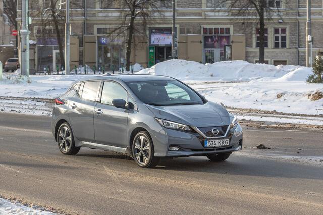Veebruar 2021. Külma oli 13 kraadi, uus Leaf saavutas sõiduulatuseks 258 kilomeetrit. Mõlemad fotod on tehtud Tallinnas Viru väljakul. Foto: Pille Russi